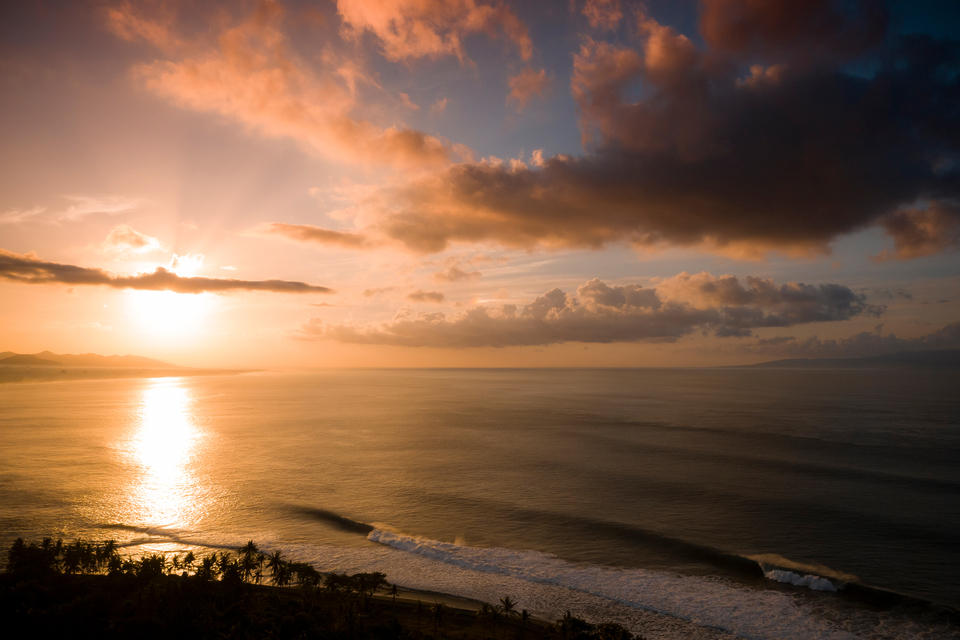Bali's season opened with a bang a few months ago (see here) but with beaches closed, it's going to be agony watching this thing deliver. Unless you can get elsewhere in time and safely.